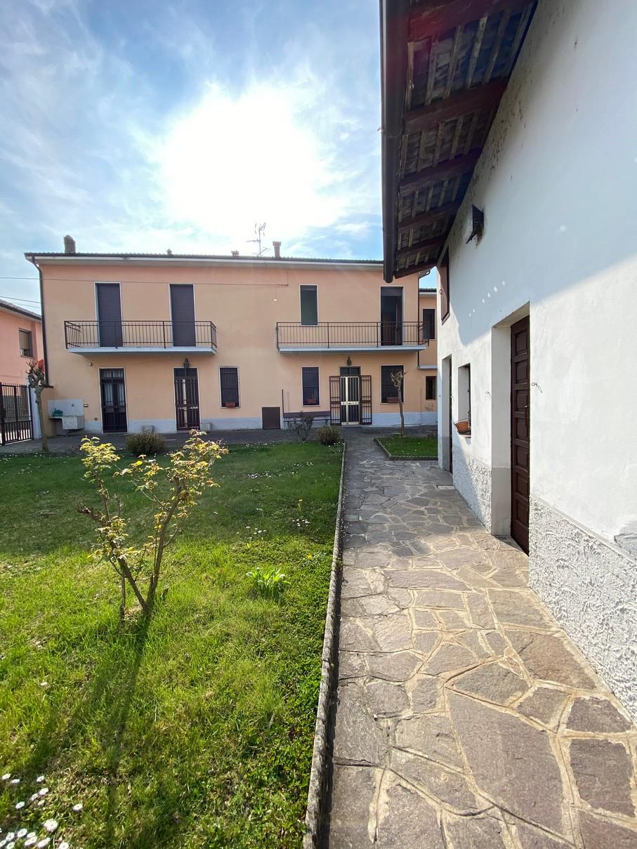 Trivolzio (PV) – Casa plurifamiliare con giardino e box